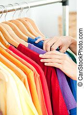 close-up, van, een, vrouwlijk, spaans, klant, het zoeken, kleren