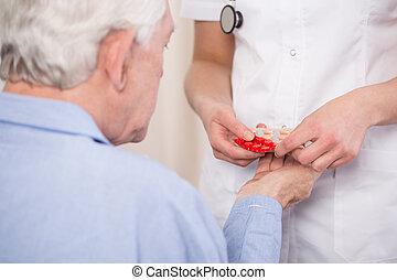 close-up, van, het geven van geneeskunde