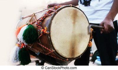 close-up, van, man, spelend, de, dhol, trommel