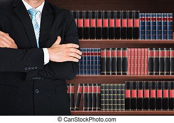 close-up, van, mannelijke , advocaat, met, gekruist wapen