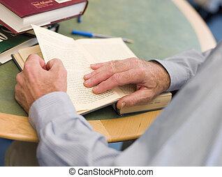 close-up, van, middelbare leeftijd , student\\\'s, handen, draaien, boek, pagina, in, bibliotheek