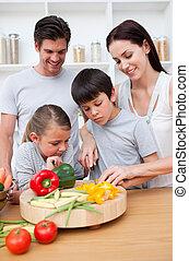close-up, van, vrolijke , ouders, het koken, met, hun, kinderen
