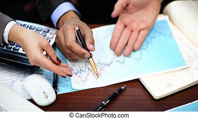 close-up, van, zakenlui, het bespreken, een, financieel plan