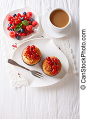 close-up, verticaal, bovenzijde, cocosnoot, koffie, muffins, besjes, tafel., melk, aanzicht