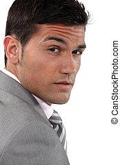 close-up, verticaal, van, jonge, zakenman, frowning