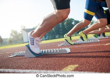 close-up, zijaanzicht, van, bebouwd, mensen, gereed, te rennen, op de voetspoor, akker