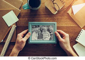 close-up, zijn, ongeveer, gezin, houten, op, het leggen, foto, anders, chancellery, farceren, vasthouden, bureau, aanzicht, mijn, bovenzijde, inspiration., man