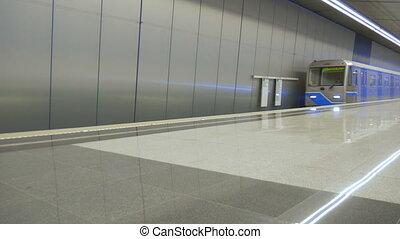 closes, arrives, дверь, lapse., метро, нет, дверь, leaves., leaves, поезд, пустой, время, station., один, opens