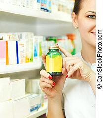 closeup , από , ένα , θολός , γυναίκα , φαρμακοποιός , αμπάρι ακάλυπτος , δέλτος , μέσα , μπουκάλι , σε , φαρμακείο
