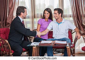 closeup, 在上, 二, 人, 握手, 对于, 签署, agreement., 代理, 看, 年轻夫妇, 购买, 新的房子, 同时,, 握手