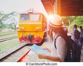 closeup, a, schöne frau, mit, rucksack, besitz, landkarte, und, waitting, für, der, train., reise, und, urlaub, concept.