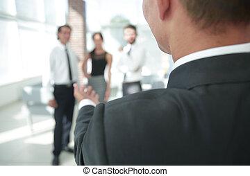 closeup., affärsman, räck, hand, för, a, handshake.
