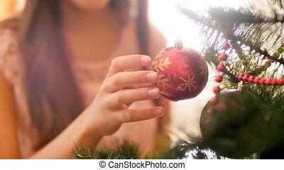closeup, arbre., robe, femme, métrage, rouges, celebrations., noël, maison, doré, jeune famille, hiver, rotation, décorer, pendre, fetes, scintillement, babiole, 4k