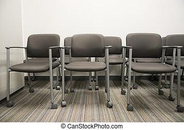 closeup, auf, reihe, von, leerer , stühle, an, der, festempfang, warten bereich, von, ein, inneneinrichtung, bürogebäude