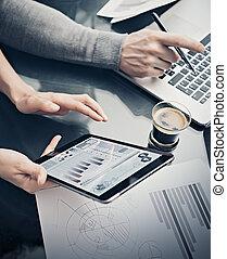 closeup, banquier, projection, screen., rapports, analytique, documents, tenue, signes, discussion, business, pellicule, effet, process., fonctionnement, stylo, startup., femme, moderne, tablette graphique, statistiques, département