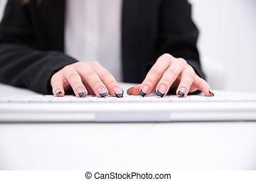 closeup, bild, von, frau reicht, tippen, auf, computertastatur