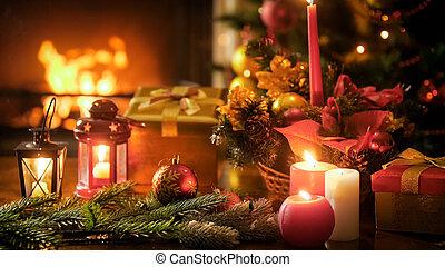 closeup, bild, von, holztisch, dekoriert, für, weihnachten, gegen, brennender, kaminofen, an, wohnzimmer