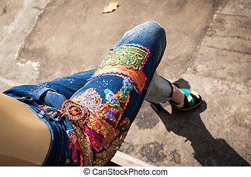 closeup, calcanhares, moda, alto, calças brim, verão, mulher, azul, quintal, jovem