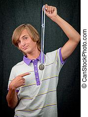 closeup, chłopiec, medal, studio, portret