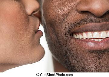 closeup, cheek., femme, noir, africaine, portrait, homme souriant, baisers