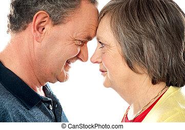 closeup, coup, romantique, personnes âgées accouplent