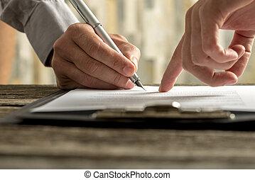 closeup, datore lavoro, esposizione, impiegato nuovo, dove, segno, contratto, occupazione, suo
