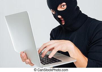 closeup, de, criminel, homme, dans, balaclava, portable utilisation
