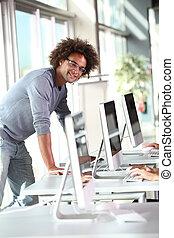 closeup, de, estudante universitário, em, laboratório computador