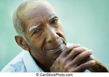 closeup, de, feliz, antigas, homem preto, sorrindo, câmera
