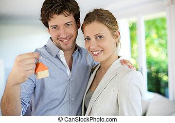 closeup, de, feliz, propriedade nova, proprietários