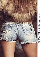 closeup, de, menina, em, calças brim, shorts, e, faux forram pele