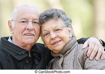 closeup, de, par ancião, acaricie
