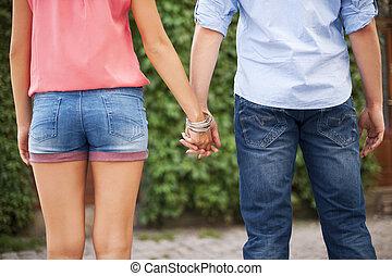 closeup, de, par jovem, segurar passa