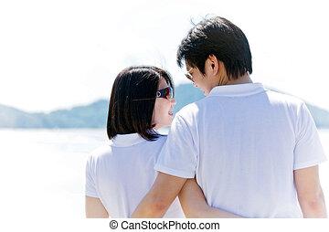 closeup, de, pares românticos, um ao outro, vendo, olhos, praia