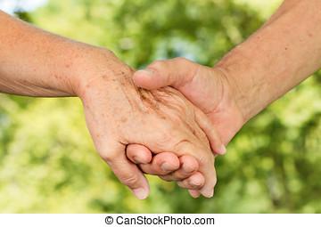 closeup, de, pessoas velhas, mãos, prender