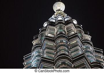 closeup, de, rond, et, modèle diamant, de, éclairé, fenetres, sur, petronas tours, soir, kuala lumpur, malaisie