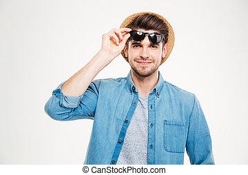closeup, de, sorrindo, bonito, homem jovem, em, chapéu, e, óculos de sol