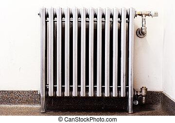 closeup, de, um, antigas, radiador, com, um, novo, termostato