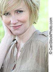 closeup, de, um, mulher sorridente, com, shortinho, cabelo loiro