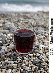 closeup, de, vidro vinho vermelho, praia
