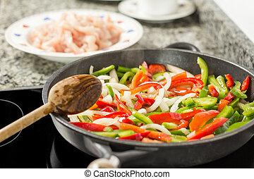 closeup, di, femmina, cottura, verdura, e, pollo, in, uno,...