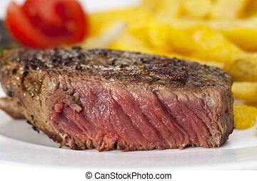 closeup, di, uno, bistecca manzo, con, patatine fritte, su, uno, sfondo bianco