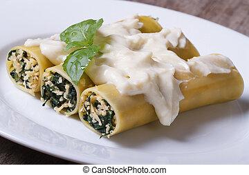 closeup, espinafre, bechamel, molho queijo, canelones