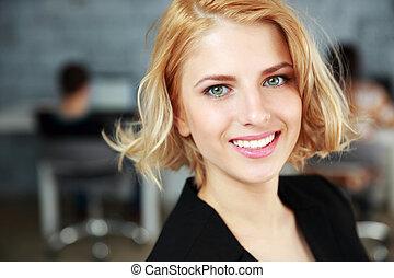 closeup, femme affaires, jeune, portrait, sourire