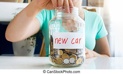 closeup, fotografi, i, kvinde, lægge, mønt, ind, glas krukke, benævnt, by, købe, ny vogn