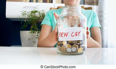 closeup, fotografi, i, ung kvinde, holde glas, krukke, fulde, i, besparelserne, by, købe, ny vogn