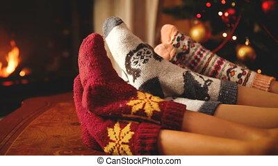 closeup, gens, night., laine, cheminée, porter, chaussettes,...