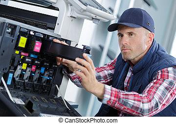 closeup, grit, jonge, mannelijke , technicus, herstelling, digitale , fotokopieerapparaat, machine