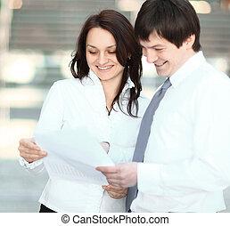 closeup., handlowy zaludniają, dyskutując handlowy, documents., fotografia, z, kopiować przestrzeń