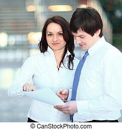 closeup., handlowy zaludniają, dyskutując handlowy, documents.
